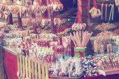 Olika sötsaker, godisar och klubbor på gatamarknad 2 Royaltyfri Foto