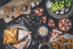 Olika sötsaker på trätabellen Begrepp av horisontalorientaliska efterrätter fotografering för bildbyråer