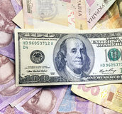 Olika sedlar för bakgrund av oss dollar och ukrainsk hryvnia Royaltyfri Fotografi