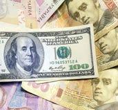 Olika sedlar för bakgrund av oss dollar och ukrainsk hryvnia Royaltyfri Foto