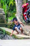 Olika sinnesrörelser av indonesiska barn Lopp runt om Bali fotografering för bildbyråer