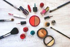 Olika skönhetsmedel läggas ut på en tabell Royaltyfria Bilder