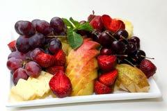 Olika skivade frukter på plattan Royaltyfri Foto