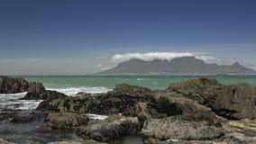 Olika skott av vågor som framme bryter av tabellberget stock video