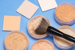 Olika skuggor av löst och kompakt kosmetiskt pulver Royaltyfri Bild