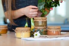 Olika slag av läcker frukt sitter fast för frukost Royaltyfria Bilder