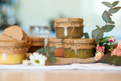 Olika slag av läcker frukt sitter fast för frukost Royaltyfri Foto