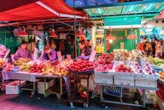 Olika slag av mogna nya frukter på dam` s marknadsför i Hong Kong förtöjd sikt för nattportship royaltyfri bild