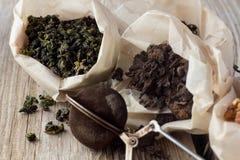 Olika slag av te i pappers- påsar Arkivfoto