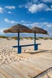 Olika slags solskydd och soldagdrivare på den tomma stranden på Tavira Royaltyfri Fotografi
