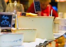 Olika smakliga ostar från den franska marknaden Arkivbild