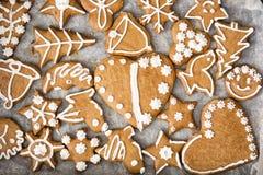 Olika smakliga pepparkakakakor på magasinet Arkivbild