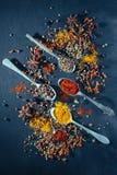 Olika smaktillsatsskedar på stentabellen Top beskådar Royaltyfri Bild