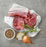 Olika snitt och kryddor för rått kött Fotografering för Bildbyråer