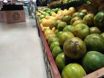 Olika sorter av apelsiner är tillgängliga här med deras varianter arkivbild