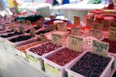 Olika sorter av bönor och torkade frukter på försäljning på den lokala bondesommaren marknadsför utomhus Naturlig organisk mat på arkivfoton