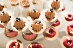 Olika sorter av bakade sötsaker på en buffé Royaltyfria Bilder
