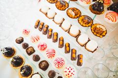 Olika sorter av bakade sötsaker på en buffé Royaltyfri Bild
