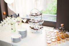 Olika sorter av bakade sötsaker på en buffé Royaltyfri Foto