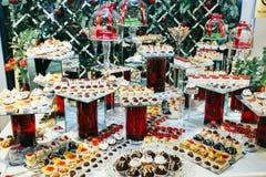 Olika sorter av bakade sötsaker på en buffé arkivbilder
