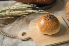 Olika sorter av bröd i köket arkivbilder