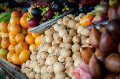 Olika sorter av exotiska frukter som är till salu på a Arkivfoto