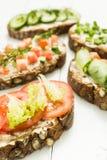 Olika sorter av färgrika smörgåsar på en vit träbakgrund Den sunda livsstilen och bantar vertikalt royaltyfria foton