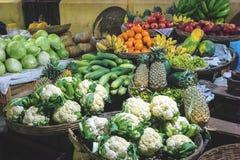 Olika sorter av grönsaker som är till salu på en marknad royaltyfri bild