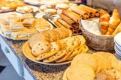 Olika sorter av hemlagade kakor på plattor Fotografering för Bildbyråer