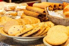 Olika sorter av hemlagade kakor på plattor Arkivbild
