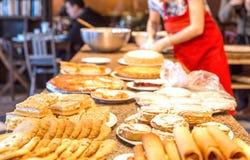 Olika sorter av hemlagade kakor på plattor Royaltyfri Bild
