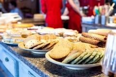 Olika sorter av hemlagade kakor på plattor Royaltyfri Fotografi