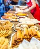 Olika sorter av hemlagade kakor på plattor på tabellen Fotografering för Bildbyråer