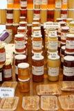 Olika sorter av honung som är till salu på en marknad Royaltyfri Fotografi