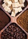 Olika sorter av kaffe på träplattan Royaltyfria Bilder
