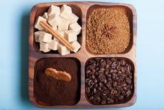 Olika sorter av kaffe på träplattan på blåtttabellen Royaltyfri Fotografi