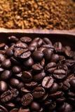 Olika sorter av kaffe på träplattan Selektivt fokusera Royaltyfri Fotografi
