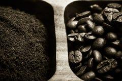 Olika sorter av kaffe på träplattan Selektivt fokusera signal Royaltyfri Fotografi