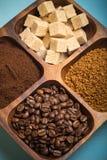 Olika sorter av kaffe på träplattan tonat Royaltyfri Bild