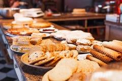 Olika sorter av kakor på plattor i restaurang Royaltyfri Bild