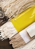 Olika sorter av nudlar i packar med den tomma etiketten fotografering för bildbyråer