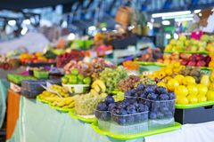 Olika sorter av nya frukter på marknaden arkivbild