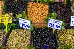 Olika sorter av oliv på försäljning royaltyfria bilder