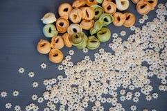 Olika sorter av rå pasta på en träbakgrund Arkivfoton