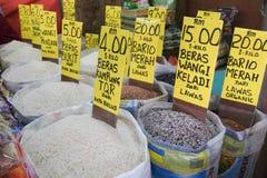 Olika sorter av ris på den till salu korgen arkivfoto