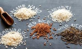 Olika sorter av ris på den mörka bakgrunden Royaltyfria Foton