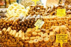 Olika sorter av sötsaker för turkisk fröjd på marknaden Arkivbild