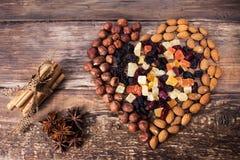 Olika sorter av smaktillsatsen, muttrar och torkade frukter arkivfoton