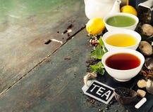 Olika sorter av te i keramiska bunkar Arkivfoto