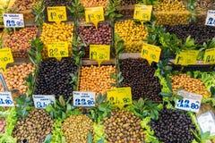 Olika sorter av till salu oliv royaltyfri foto